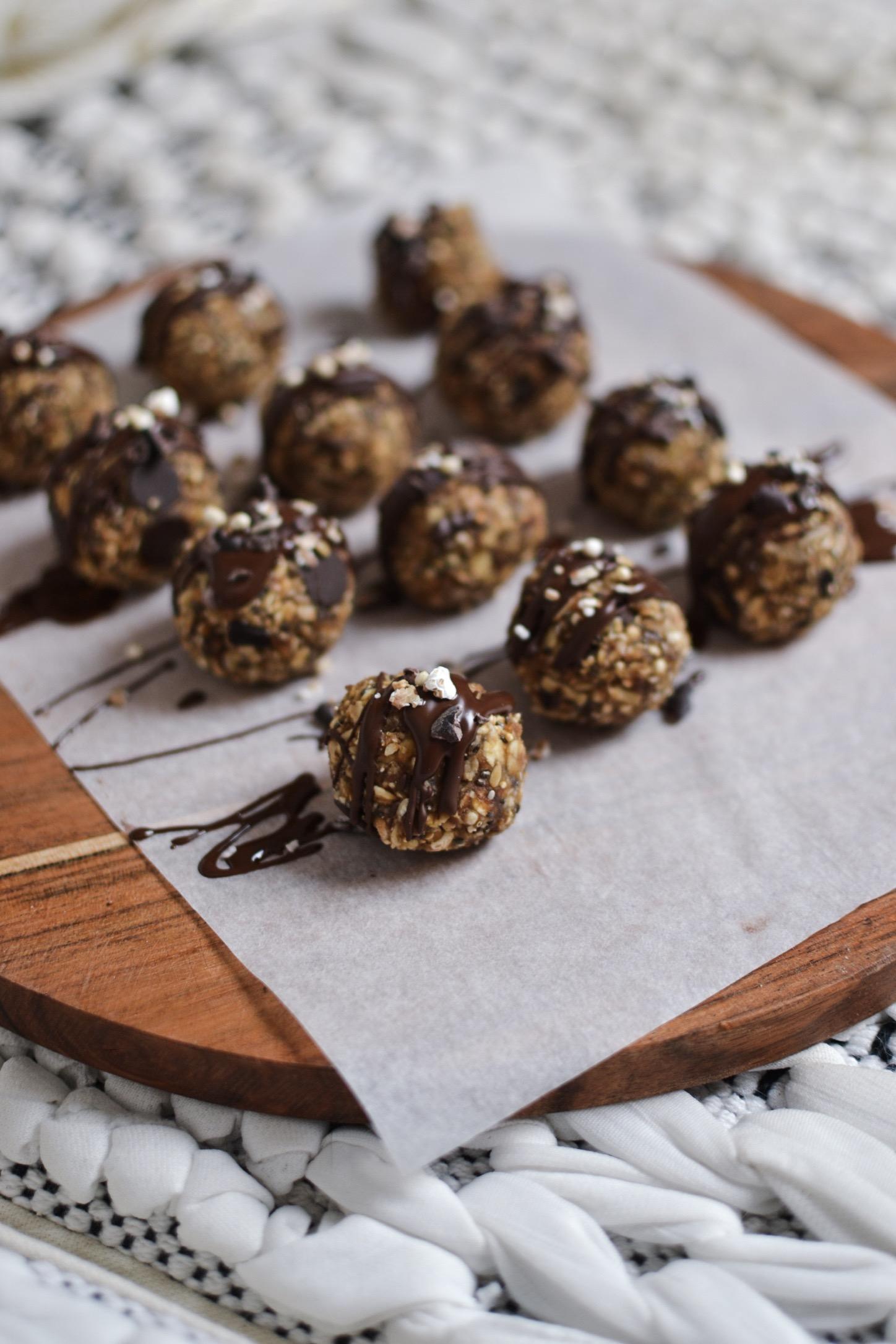 Le heakthy snack parfait ! Les energy balls aux flocons de quinoa soufflés , dattes , peanut butter et une touche de chocolat