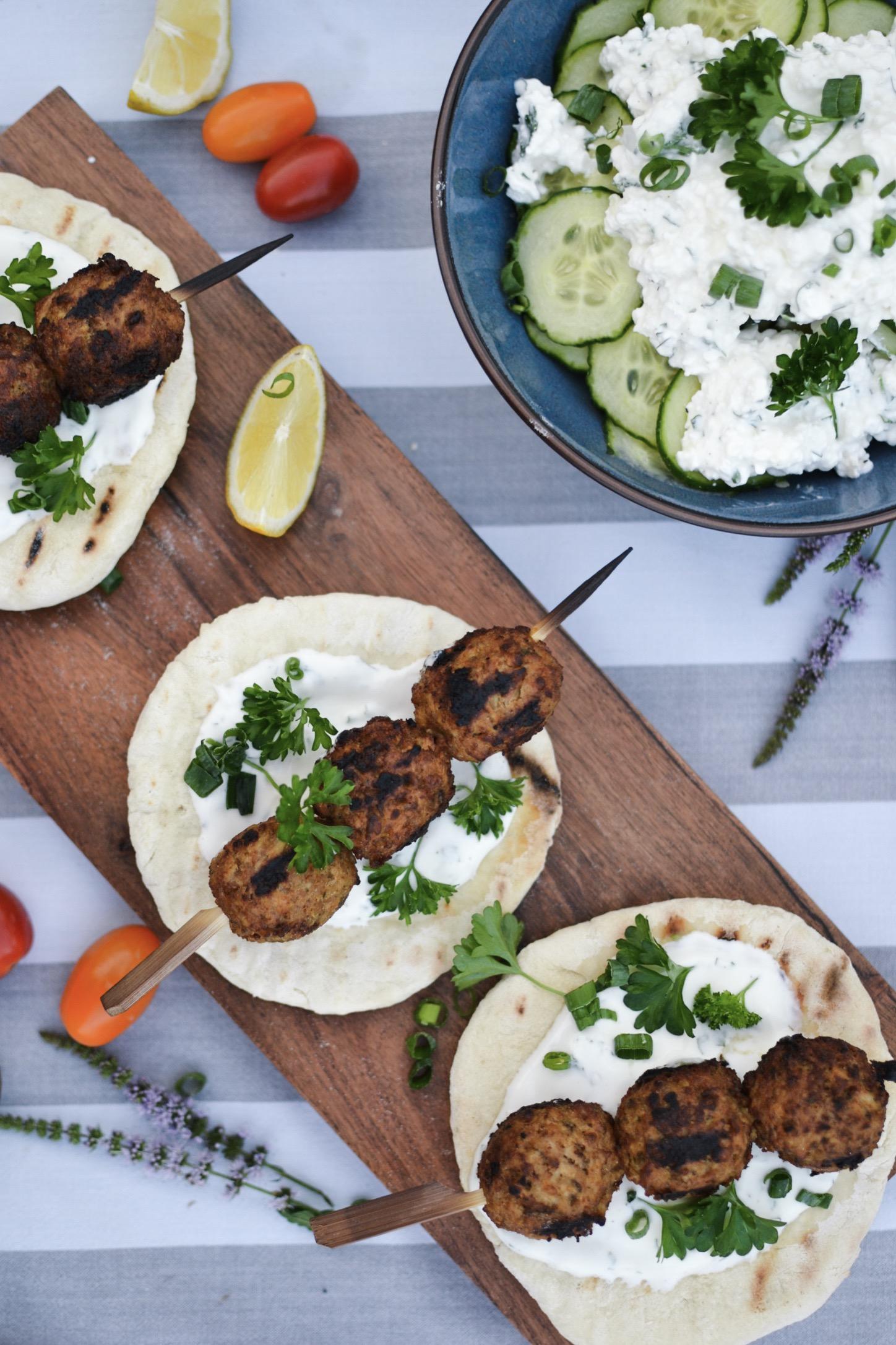 Un bon BBQ végétarien avec quelques brochettes de boulettes veggie, des pains plats maison et une délicieuse salade de concombres