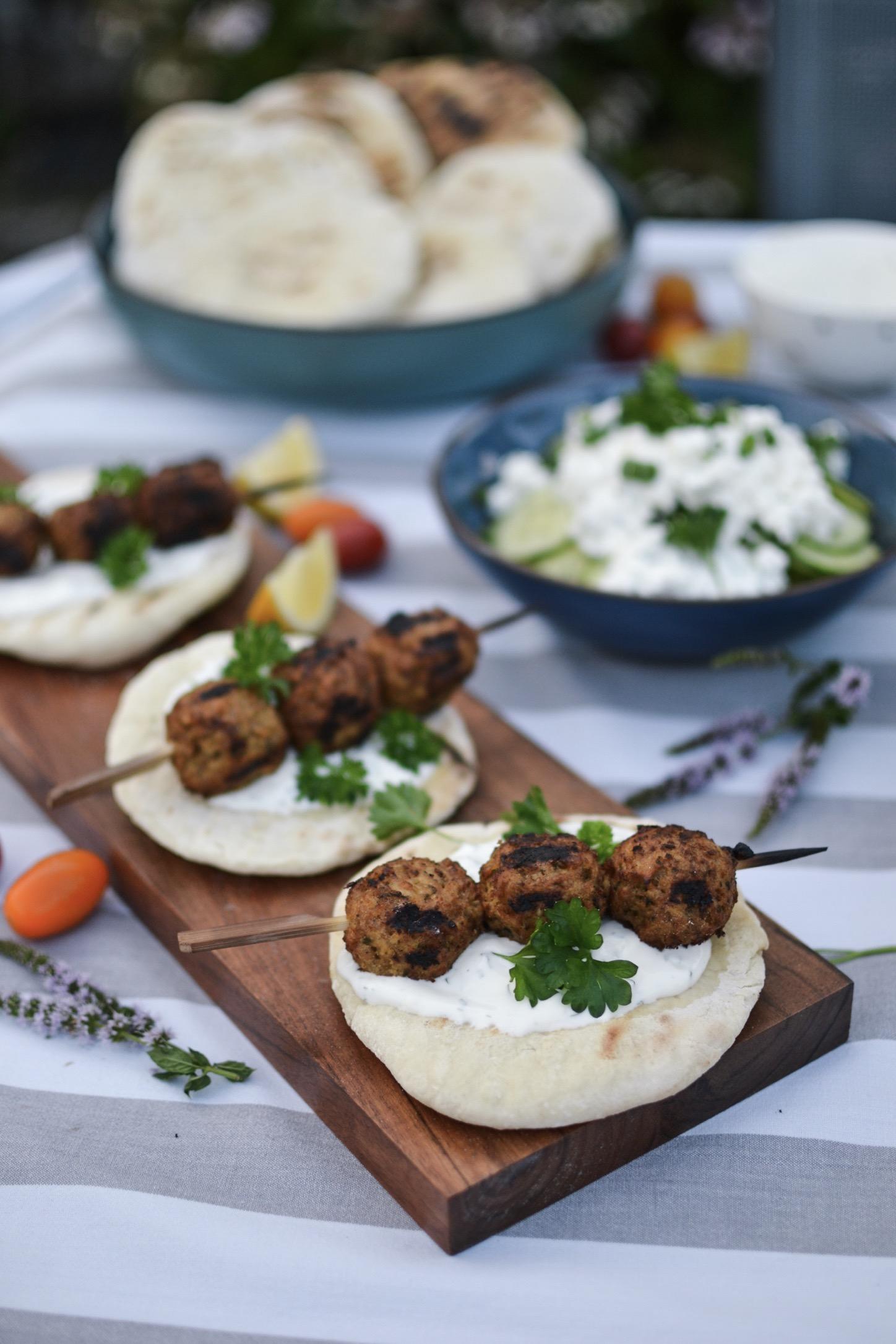 BBQ végétarien , quelques brochettes de boulettes veggie et des pains plats maison