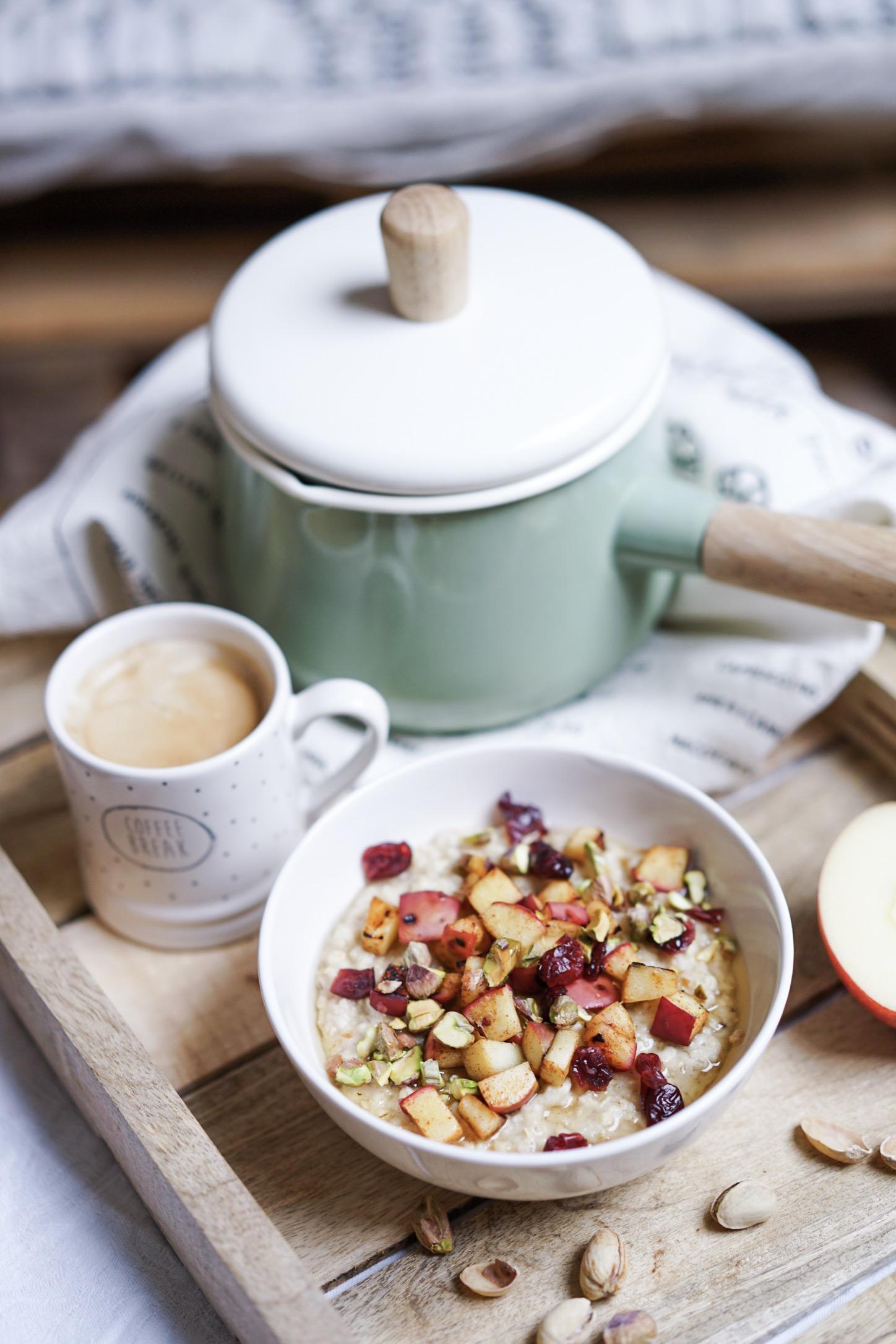 Porridge au lait de coco, pommes poêlées, pistaches , cranberries et sirop d'agave