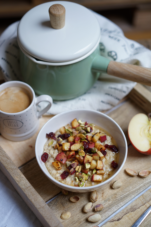 Porridge onctueux coco avec pommes poêlées, pistaches, cranberries et sirop d'agave ! Un porridge réconfortant