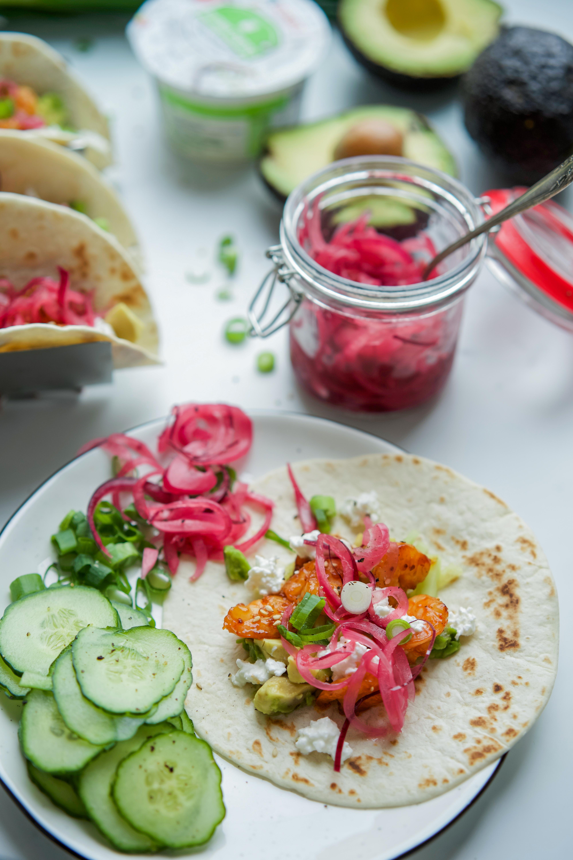Tacos aux crevettes caramélisées et pickles d'oignons