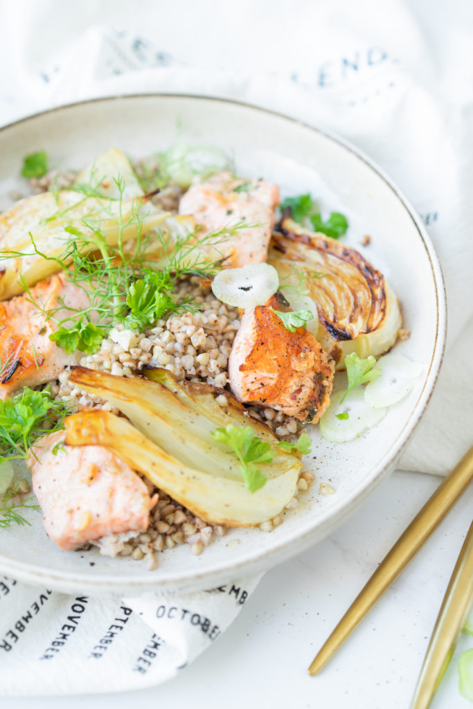 Salade de sarrasin, fenouil et saumon grillé