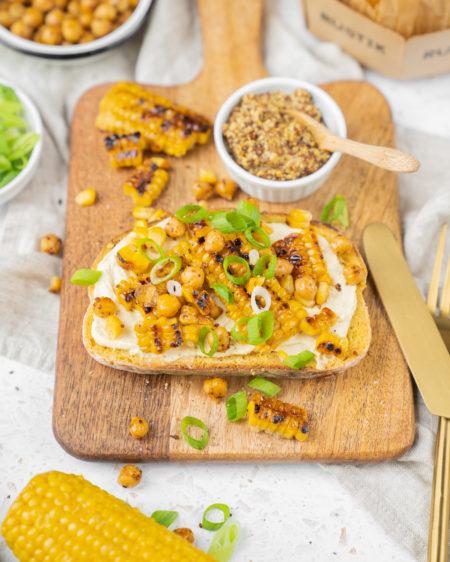 Toast végétarien : maïs grillé, houmous et moutarde